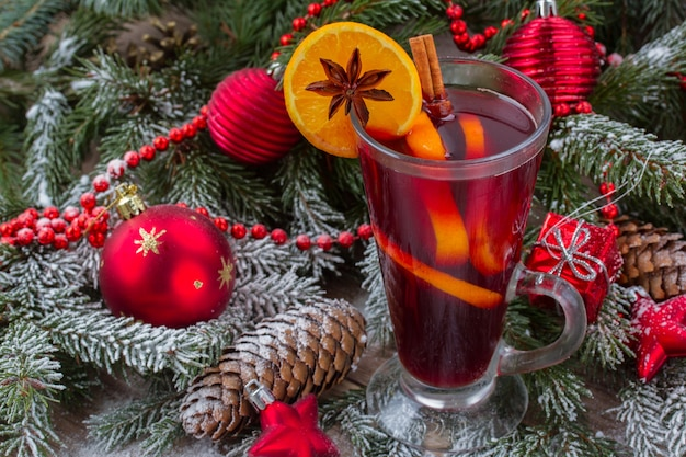 Vin brulè con albero di natale decorato nella neve