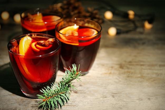 Vin brulè con spezie e albero di natale
