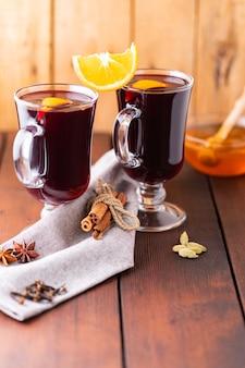 Vin brulè su assi di legno. vin brulè autunnale, spezie e miele.
