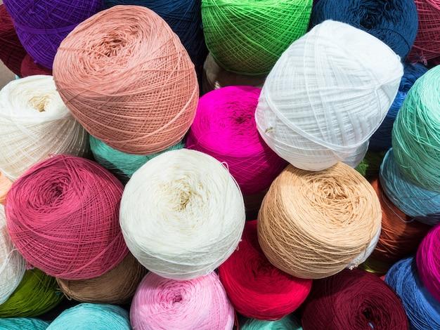 Sfere multicolori di lana e maglieria