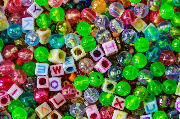 Perline e dadi in plastica multi colore