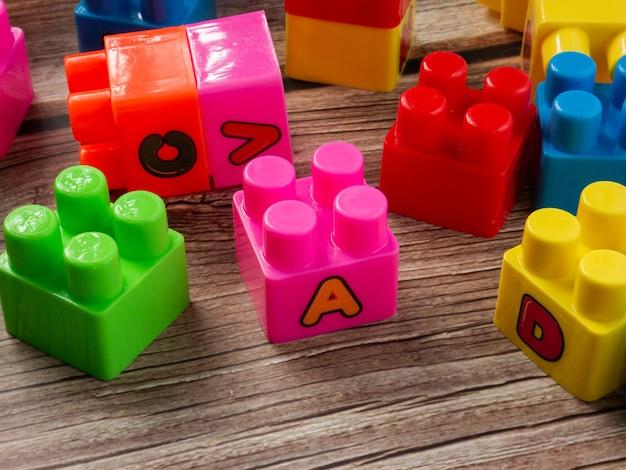 Il blocco di plastica multicolore per il concetto di bambino o di costruzione