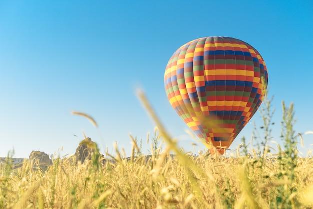 Pallone multicolore che vola nel cielo in cappadocia