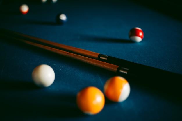 Palle da biliardo multicolori su un tavolo blu