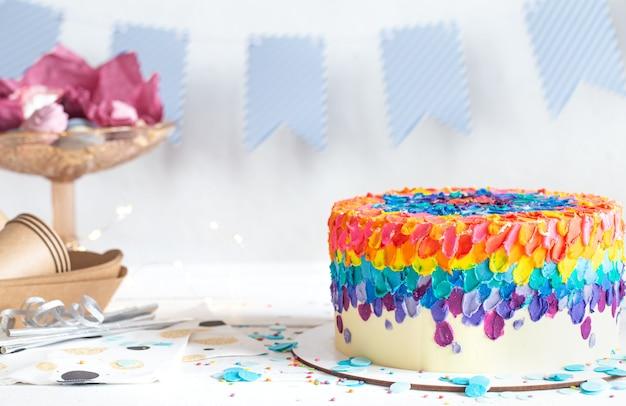 Torta di compleanno multicolore decorata con crema. concetto di festa di compleanno.