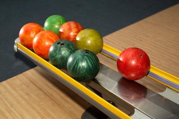 Palle da bowling multicolori nel club