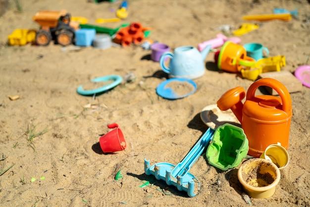 Giocattoli di plastica per bambini multicolori nella sandbox.