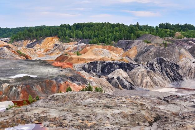 Colline e anfratti di argilla multicolori sul sito di una vecchia cava di caolino