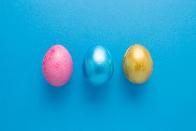 Uova di pasqua multi-coloured su una priorità bassa isolata blu. la pasqua è una vacanza luminosa.