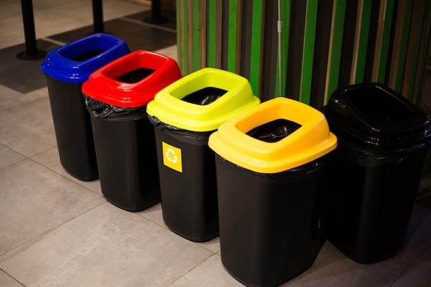 Bidoni per lo smistamento dei rifiuti multicolori nel centro di kiev
