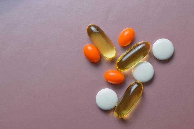 Pillole multicolori e vitamine in capsule. vista dall'alto