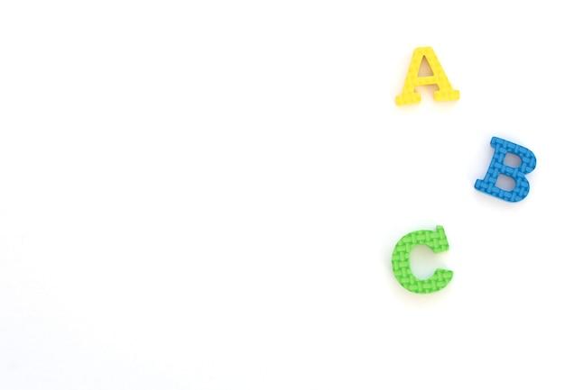Lettere inglesi morbide multicolori a, b, c su fondo bianco. di nuovo a scuola