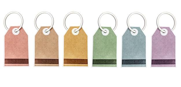 Etichette multicolori e adesivi per merci su un anello di metallo. sfondo bianco isolato. concetto per la pubblicità e la vendita di beni e servizi.
