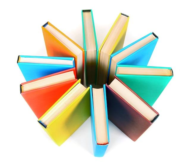 Libri multicolori. su un tavolo bianco.