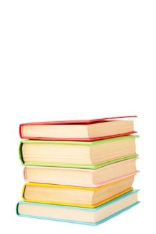 Multi libri di scuola colorati isolati su fondo bianco con lo spazio della copia. di nuovo a scuola