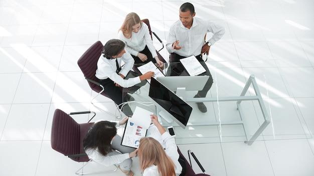 Business team multietnico in officina