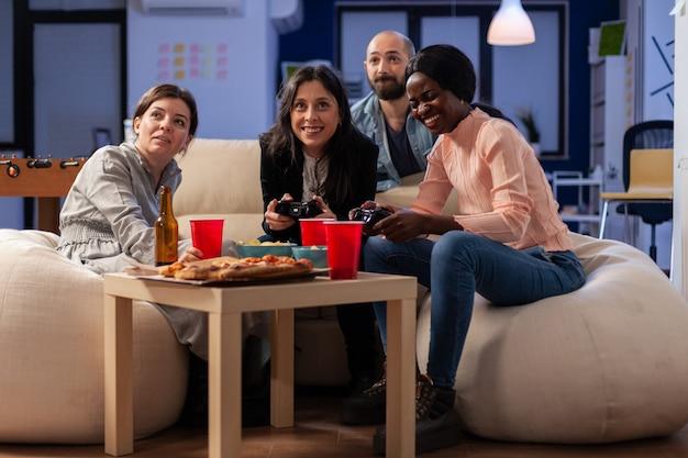 Gruppo eterogeneo multietnico di amici che giocano a un gioco divertente