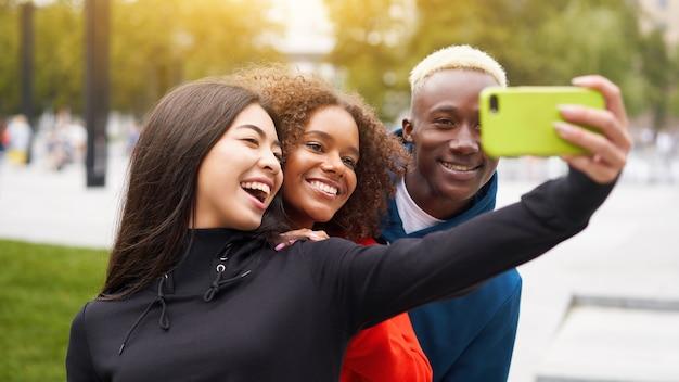 Multi amici etnici all'aperto. gruppo eterogeneo di persone afroamericane che trascorrono del tempo insieme