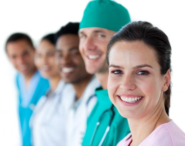 Equipe medica multietnica sorridendo alla telecamera