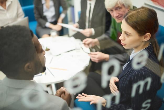 Gente multietnica nella riunione d'affari