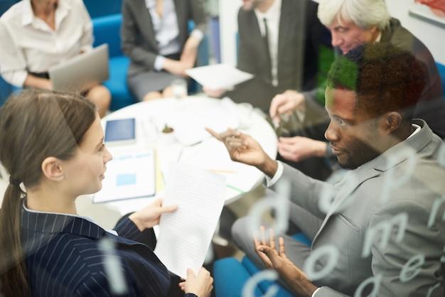Gente multietnica in riunione