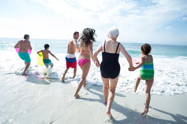 Famiglia di più generazioni che gode in spiaggia