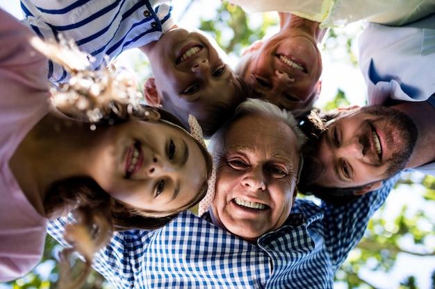 Famiglia di diverse generazioni che formano una calca nel parco