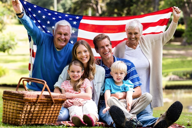 Bandiera americana di diverse generazioni della tenuta della famiglia nel parco