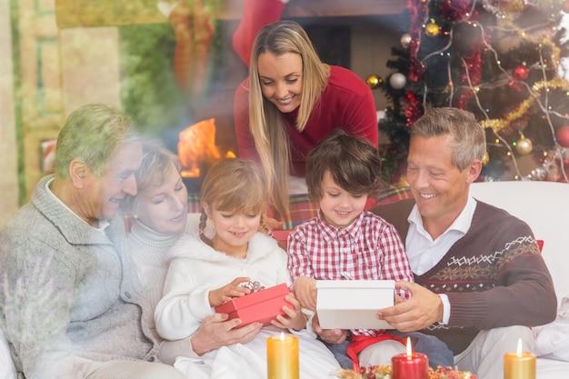 Regali di apertura della famiglia di più generazioni sul sofà