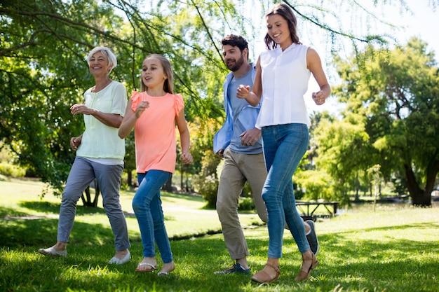 Famiglia di diverse generazioni in esecuzione nel parco