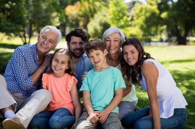 Famiglia di diverse generazioni che si siede nel parco
