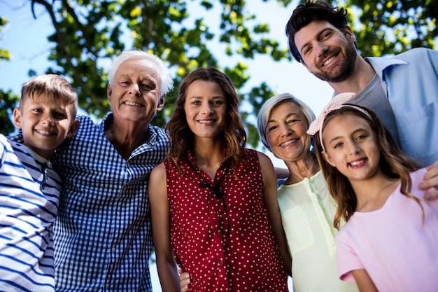 Famiglia di diverse generazioni in piedi nel parco