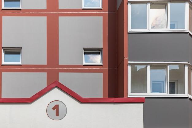 Edificio residenziale moderno a più piani. costruzione di alloggi. fondo residenziale. mutui ipotecari per giovani famiglie.