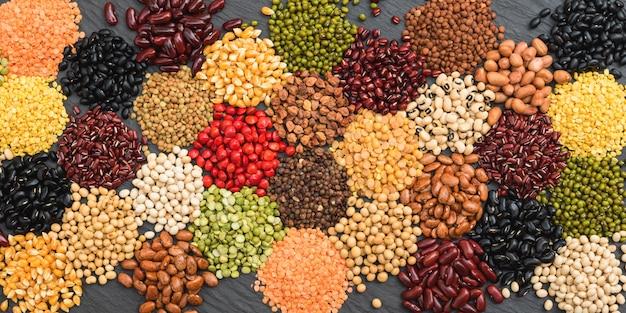 Legumi secchi multicolore per sfondo, diversi fagioli secchi biologici per mangiare sano