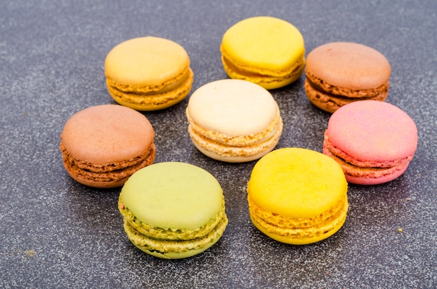 Amaretti francesi alle mandorle multicolori. foto dello studio