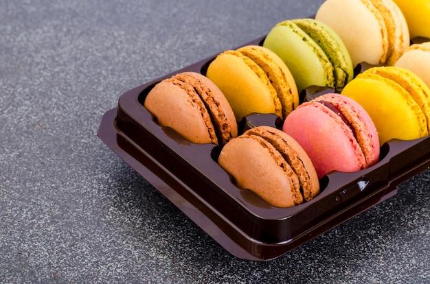 Amaretti francesi alle mandorle multicolori.