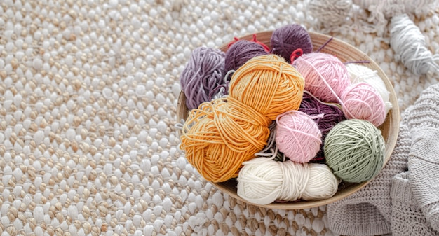 Gomitoli multicolori per lavorare a maglia nel cesto.