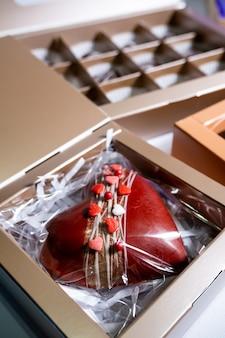 Caramelle multicolori splendidamente decorate fatte a mano con ripieno.