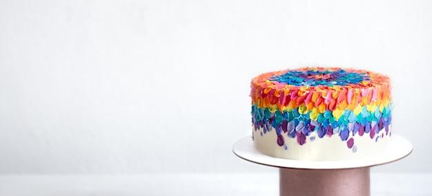 Torta di compleanno multicolore decorata con crema brillante. concetto di torte personalizzate. Foto Premium