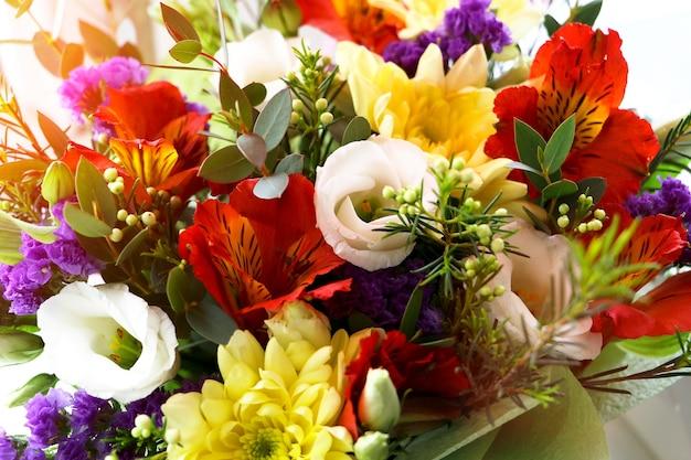 Mazzo multicolore di fiori. chiuda sulla fotografia, roba verde diversa.