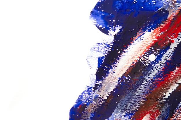 Pennellate multicolori su carta bianca. fondo creativo astratto. disegnato a mano, colorato a mano libera, pennello. design moderno, superficie verniciata
