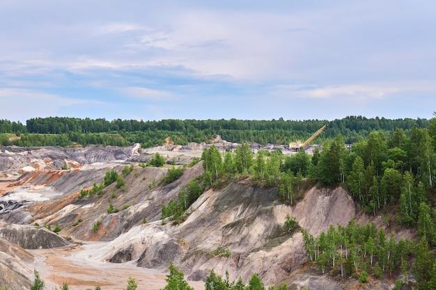 Colline e burroni argillosi multicolori sul sito di una vecchia cava di caolino