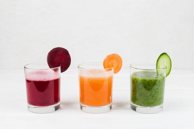 Bevande multicolori nei bicchieri