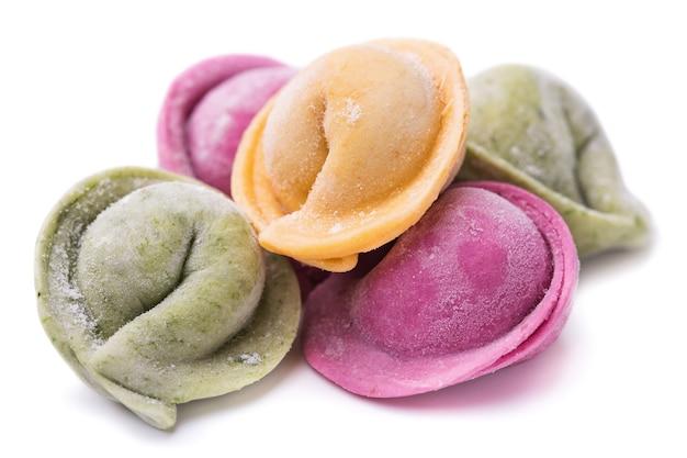 Gnocchi multicolori ripieni di carne isolata su superficie bianca per colorare spinaci e carote di succo di barbabietola usati used