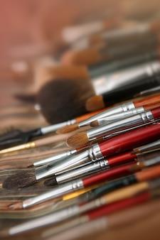 Ombretti multicolori con pennello cosmetico