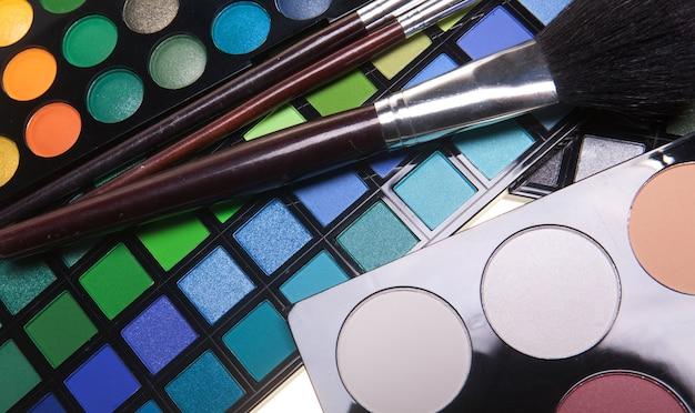 Ombretti multicolori con pennello cosmetico Foto Premium