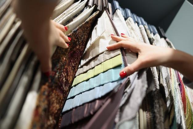 Tessuti multicolori sullo stand espositivo nei tipi di negozio del concetto di tessuto