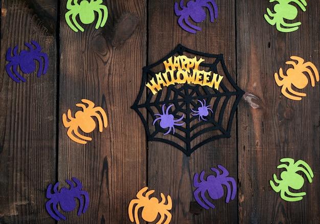 Figure di ragno in feltro multicolore con ragnatela