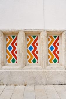 Vetro multicolore nelle finestre del primo piano dell'edificio