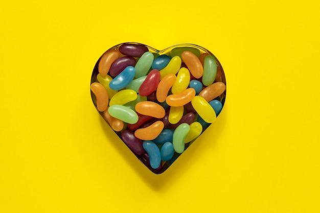 Gelatine glassate multicolori a forma di cuore